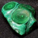 Малахит имеет самые разные полезные свойства и бывает зеленого цвета с красивым рисунком