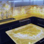 Искусственный оникс используется при производстве столешниц для кухни