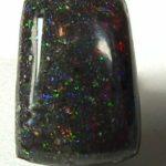 Обработанный камень черный опал