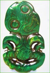В Новозеландии маори делали из нефрита хеи-тики — амулет в виде портрета или фигурки человека, который оберегал своего хозяина.
