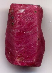 Рубин обладает огненно-красной окраской, которой нет ни у одного другого камня.