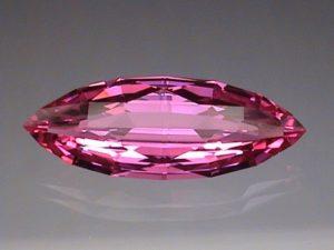 Синтетический рубин — полный аналог природного рубина, который получается выращиванием кристалла из корундового расплава.