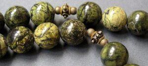"""За свои лечебные свойства в сердние века змеевик был очень популярен среди аптекарей, за что получил название """"аптекарский камень!."""