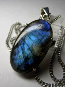 Считается, что камень лабрадор может привязываться к своему обладателю, поэтому он становится отличным талисманом