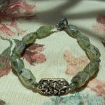 Минерал пренит применяется для изготовления бус, колец, браслетов, серьг, различных фигурок, вставок в ювелирные изделия из драгоценных металлов, а также для мозаик