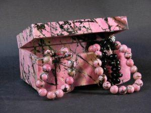Талисманы из родонита по поверьям приносят владельцу материальные блага, особенно в виде предметов искусства.