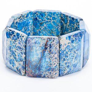 Варисцит относится к редким минералам, используется в ювелирном искусстве для создания различных украшений, оберегов, талисманов.