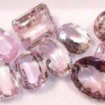 Не все кристаллы кунцита подходят для огранки, да и работать с ними сможет не каждый мастер.