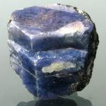 Необработанный камень сапфир