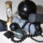 Камень шунгит применяется в скульптуре и строительстве, дизайне украшений, металлургии, нетрадиционной медицине и косметологии, и т.д.