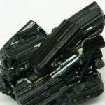 Черный турмалин иначе называется - шерл, в его химическом составе отмечается повышенное содержание железа.