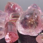 Розовый турмалин обладает спектром оттенков от розового до красного, название этой разновидности - рубелит.