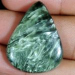 Серафинит – сложный силикат зеленого цвета, он непрозрачен и может иметь зелено-голубую окраску, которой отличаются камни группы хлоритов.