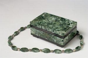 Серафинит используют для создания разнообразных украшений, будь то кулоны, браслеты, серьги, четки, кольца и т.д.