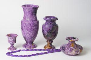Из минерала чароит делаются шкатулки, вазы, часы, кубки; оригинально выглядят полированные статуэтки – яйца.