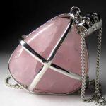 Кулон из розового кварца подходит всем знакам зодиака