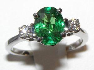 Лучше всего цаворит будет смотреться при дневном свете в оправе из серебра (кольцо)