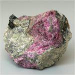 Самые крупные месторождения эвдиалита находятся в России, в Мурманской области