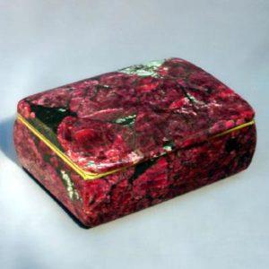 Эвдиалит используют при создании поделок, шкатулок и ювелирных украшений