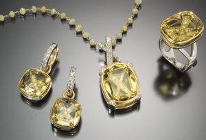 Комплект украшений с гелиодорами подойдет для всех представителей знаков зодиака