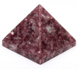 Пирамидка с камнем лепидолит может использоваться в магии, принести пользу в дом