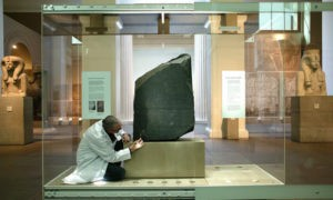 Ученые продолжают работы над расшифровкой надписей Розеттского камня