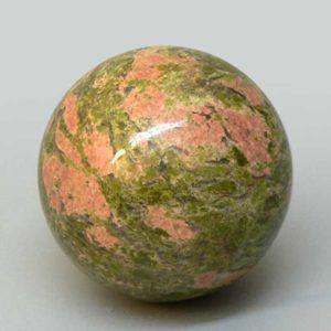 Считается, что шар из камня унакит обладает магическими свойствами