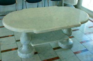Интерьер - стол и полы из мрамора