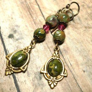 Золотые серьги со вставками из камней риолита