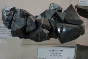 Выставочный образец минерала магнетит