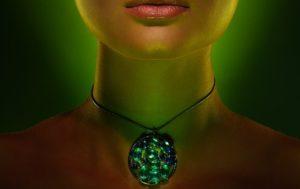 Правильно выбранный камень-талисман обязательно поможет женщине оставаться прекрасной долгие годы