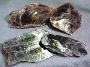 Минерал мусковит является природным сырьем для выделения слюды, которая используется во многих отраслях