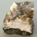 Минерал нефелин широко используется в стекольной и керамической промышленности