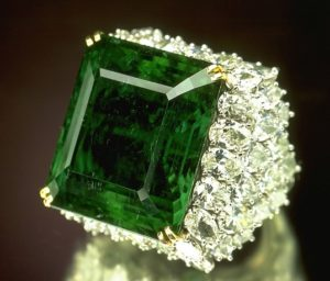 Кольцо с камнем изумруд поможет выйти замуж