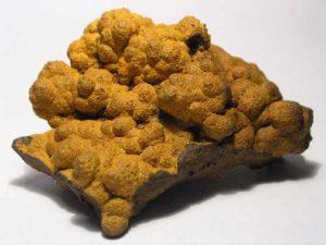 Минерал лимонит относят к бурым железнякам, которые используются в металлургической промышленности