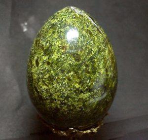 Целебные свойства серпентина выражаются в изделиях и украшениях, фото яйца из серпентина