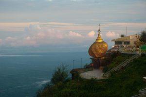 В непосредственной близости от святыни Золотой камень раскинулся храмовый комплекс