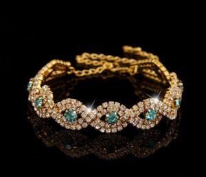 Женский браслет из золота и драгоценных камней