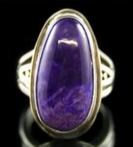 Перстень с камнем сугилит может обладать магическими свойствами