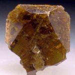 Необработанный минерал титанит (сфен)