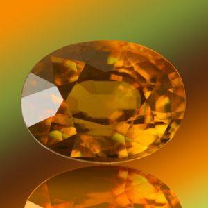 Ограненный камень сфен (титанит)