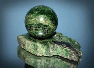 Шар из актинолита на подставке