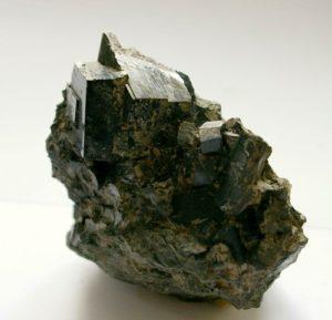 Авгит является доступным поделочным минералом