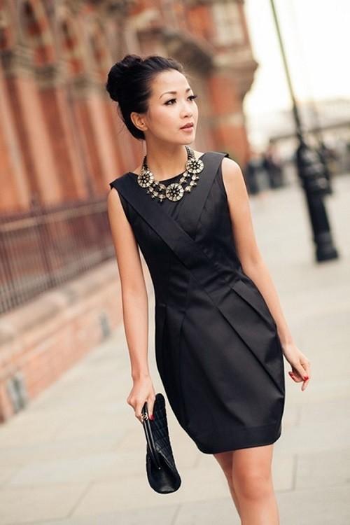 Чем украсить черное платье с воротником