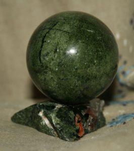 Шар на подставке из камня Эгирин диаметром 55 мм