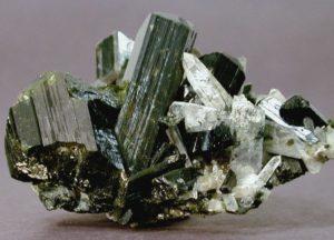 Массовые скопления эпидота имеют гидротермальное происхождение