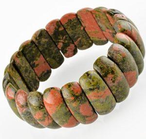 Свойства камня эпидот способствуют повышению иммунитета, можно носить браслет