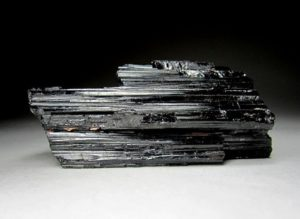 Минерал шерл (черный турмалин)