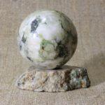 Шар на подставке из камня лиственит