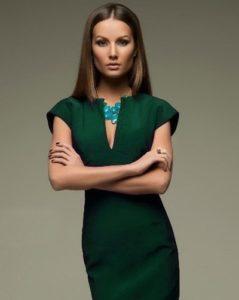 Украшения из натуральных камней хорошо сочетаются с зеленым платьем